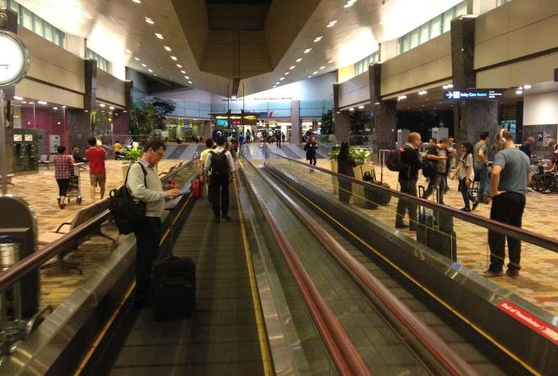 Příletová i odletová hala v Singapuru je vybavena koberci a je velmi komfortní