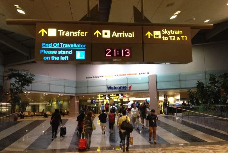 Ukazatele Vás navedou na přílety či Skytrain mezi terminály