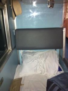 Mé lehátko ve vlaku při cestě z nádraží v Bangkoku