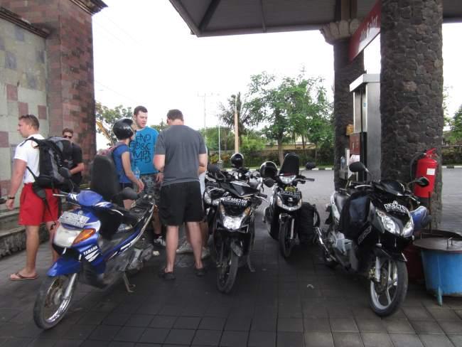 Tankování-benzínu-do-motorek-při-cestování-po-Thajsku