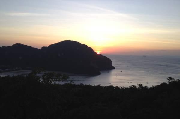 Výhled-na-západ-slunce-v-centru-města-Phi-Phi