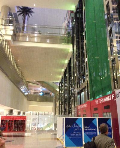 Letiště-v-Dubaji-má-mnoho-pater-a-výtahů