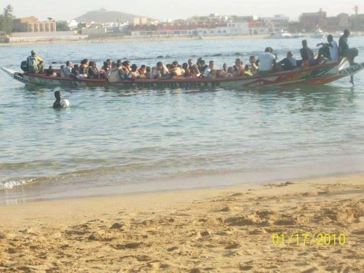 Loď u pobřeží v Senegalu