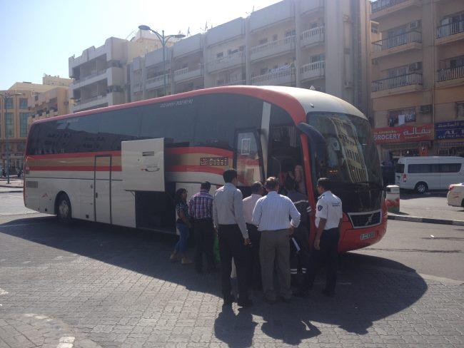 Nástup-do-autobusu-do-Abú-Dhabí