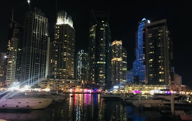 Noční-mrakodrapy-v-Dubaji
