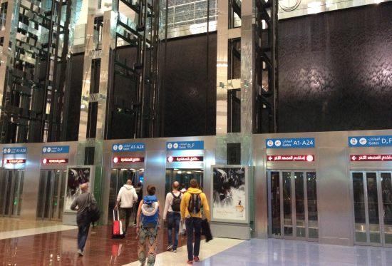 Přestupovaní-výtahy-při-přistání-v-Dubaji