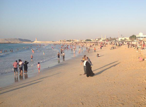Pláže-a-moře-je-plné-turistů-teplota-je-výborná