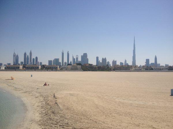 Prázdné-pláže-v-Dubaji-s-výhledem-na-nejvyšší-budovu-světa