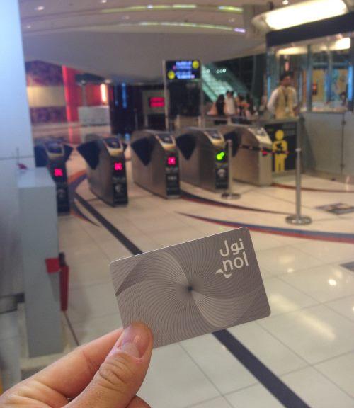 Stříbrná-dobíjecí-karta-jízdného-v-metru-v-Dubaji