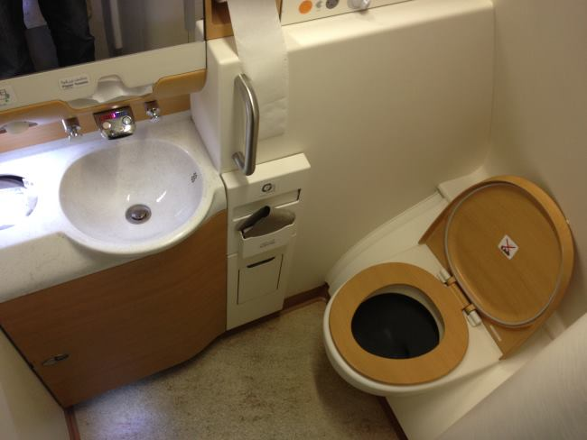 Toalety-v-A380-od-Emirates-na-letu-Praha-Dubaj