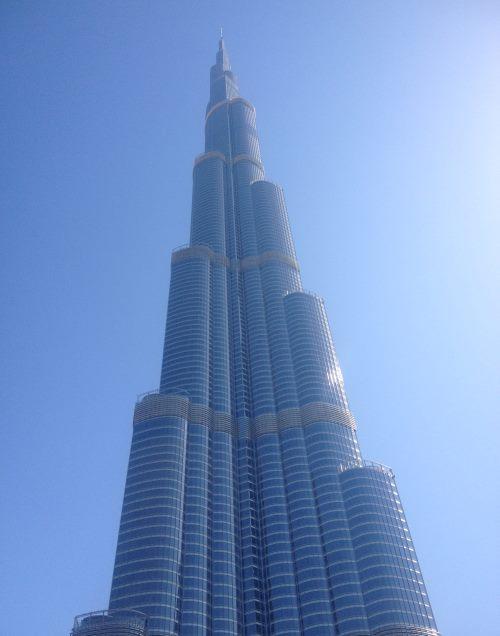 Vysoká-věž-Burj-Khalifa-v-Dubaji-ze-spodu